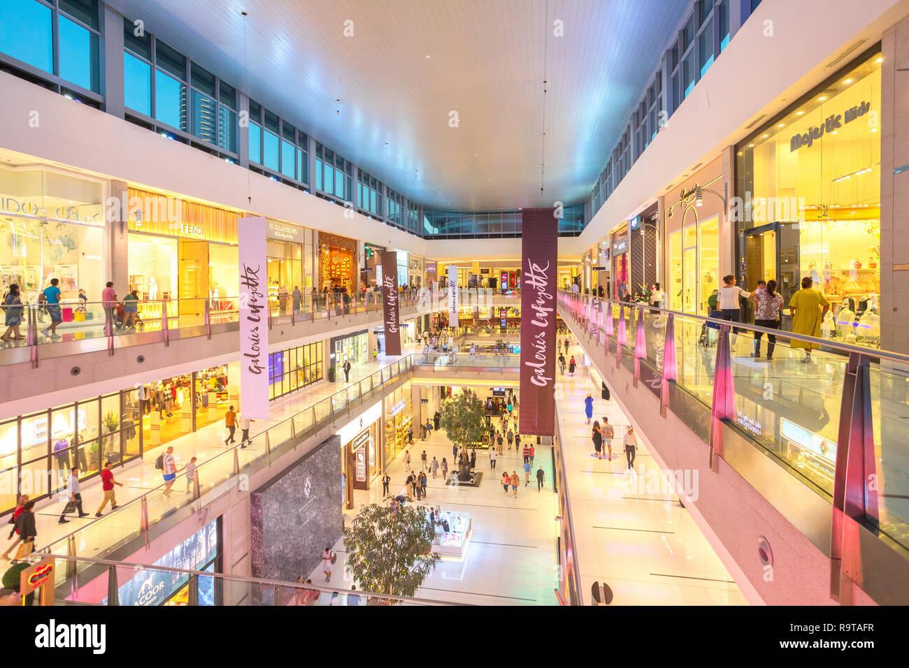 DUBAI, EMIRATOS ÁRABES UNIDOS - Nov 12, 2018: los compradores en Dubai Mall, el centro comercial más grande del mundo sobre la base de la superficie total y el sexto mayor por superficie bruta alquilable Foto de stock
