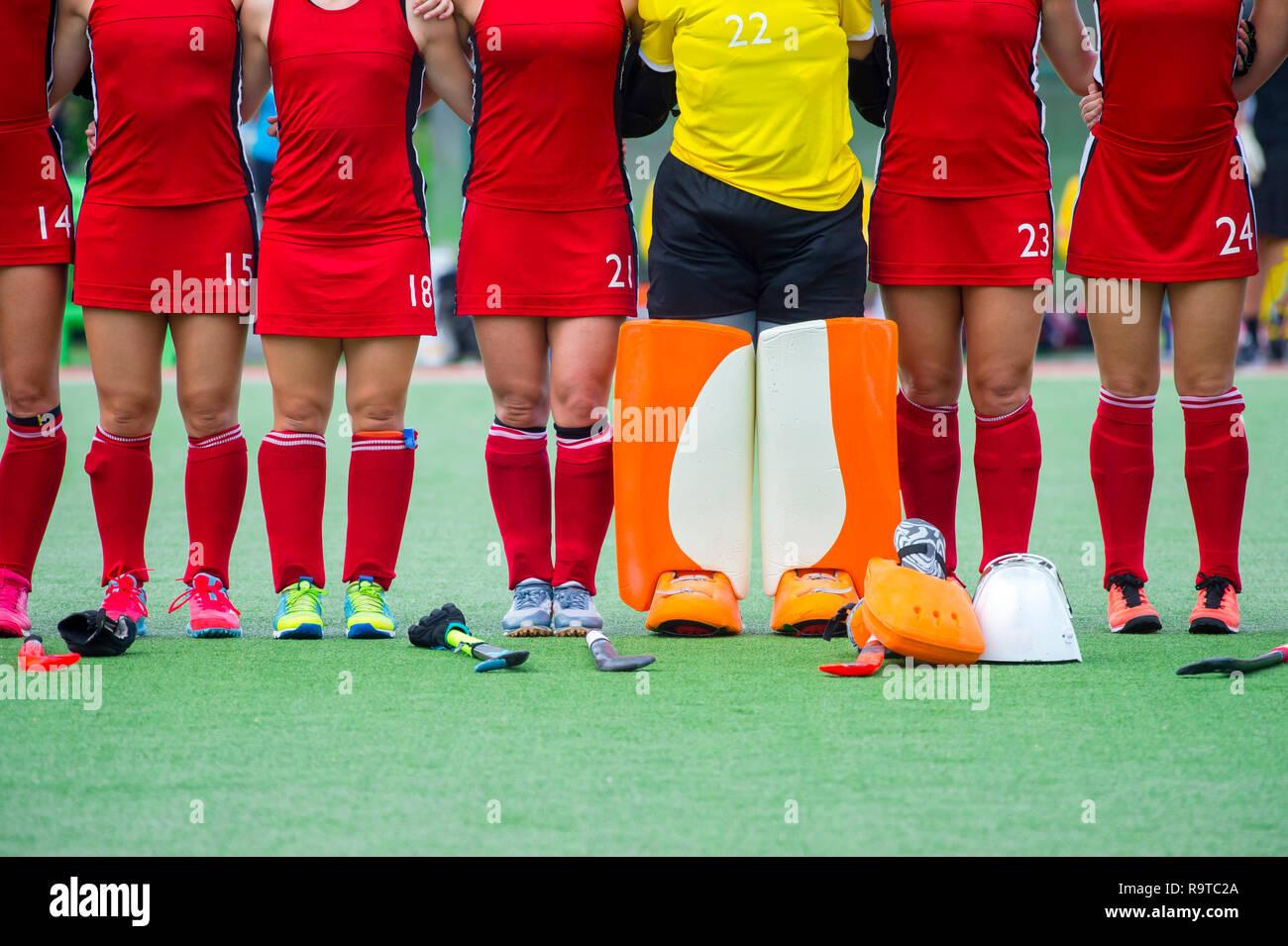 03a88387 Una mujer del equipo de hockey de campo antes del partido. Torneo de ...