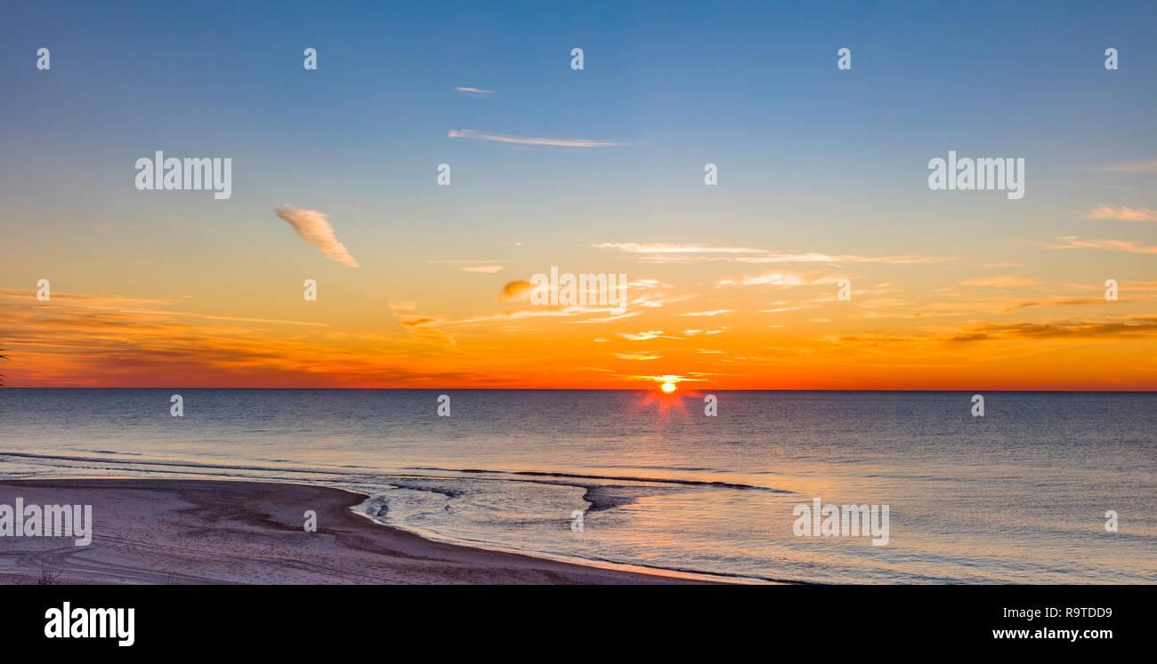 Amanecer sobre el Golfo de México, en la isla de St George en el Panhandle o zona olvidada costa de Florida en los Estados Unidos Foto de stock