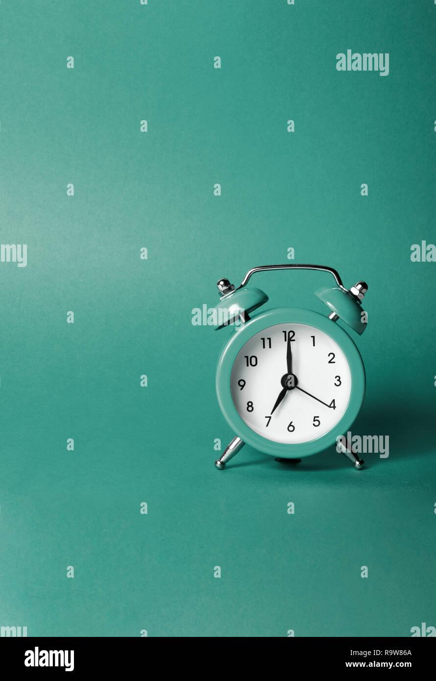 8c11167dc5b6 Reloj de alarma verde sobre fondos verdes con espacio para el texto. Imagen  De Stock
