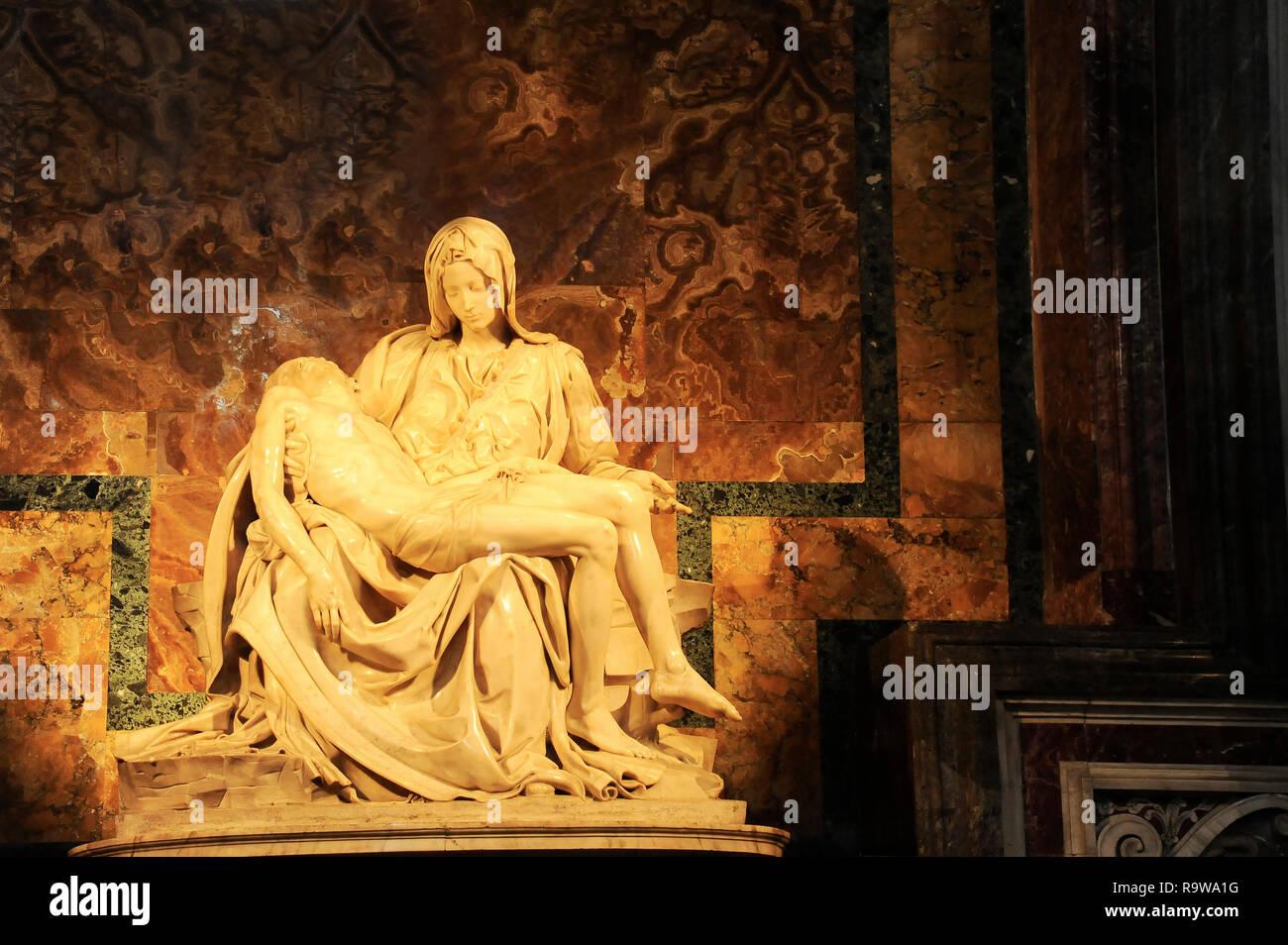 Roma, CIUDAD DEL VATICANO - Octubre 10, 2018: La Pietà di Michelangelo (la pena), 1498-1499, ubicado en la Basílica de San Pedro en Roma Imagen De Stock