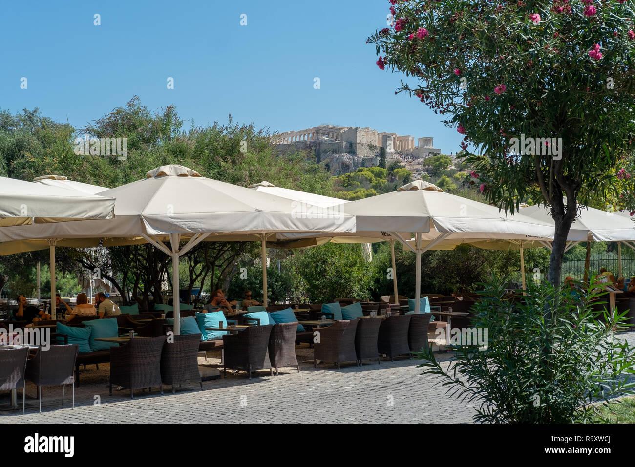 Terraza Exterior De Un Bar Cafetería Restaurante En Atenas