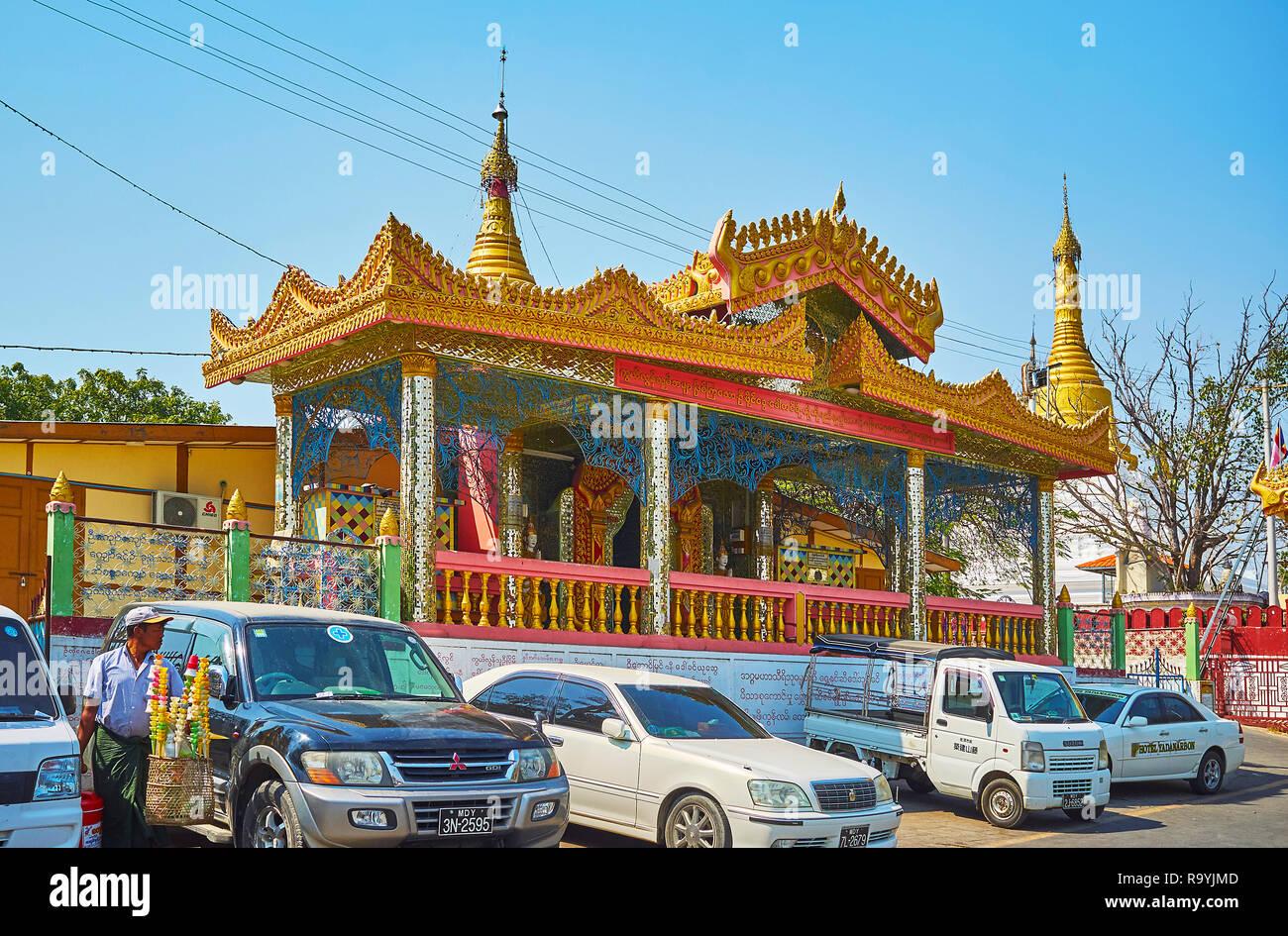 Las Divisiones de Sagaing, MYANMAR - Febrero 21, 2018: La imagen ricamente decorada casa de pronto Oo Ponya Shin Paya (Cumbre pyatthat Pagoda) con techo y el golpeteo del espejo Foto de stock
