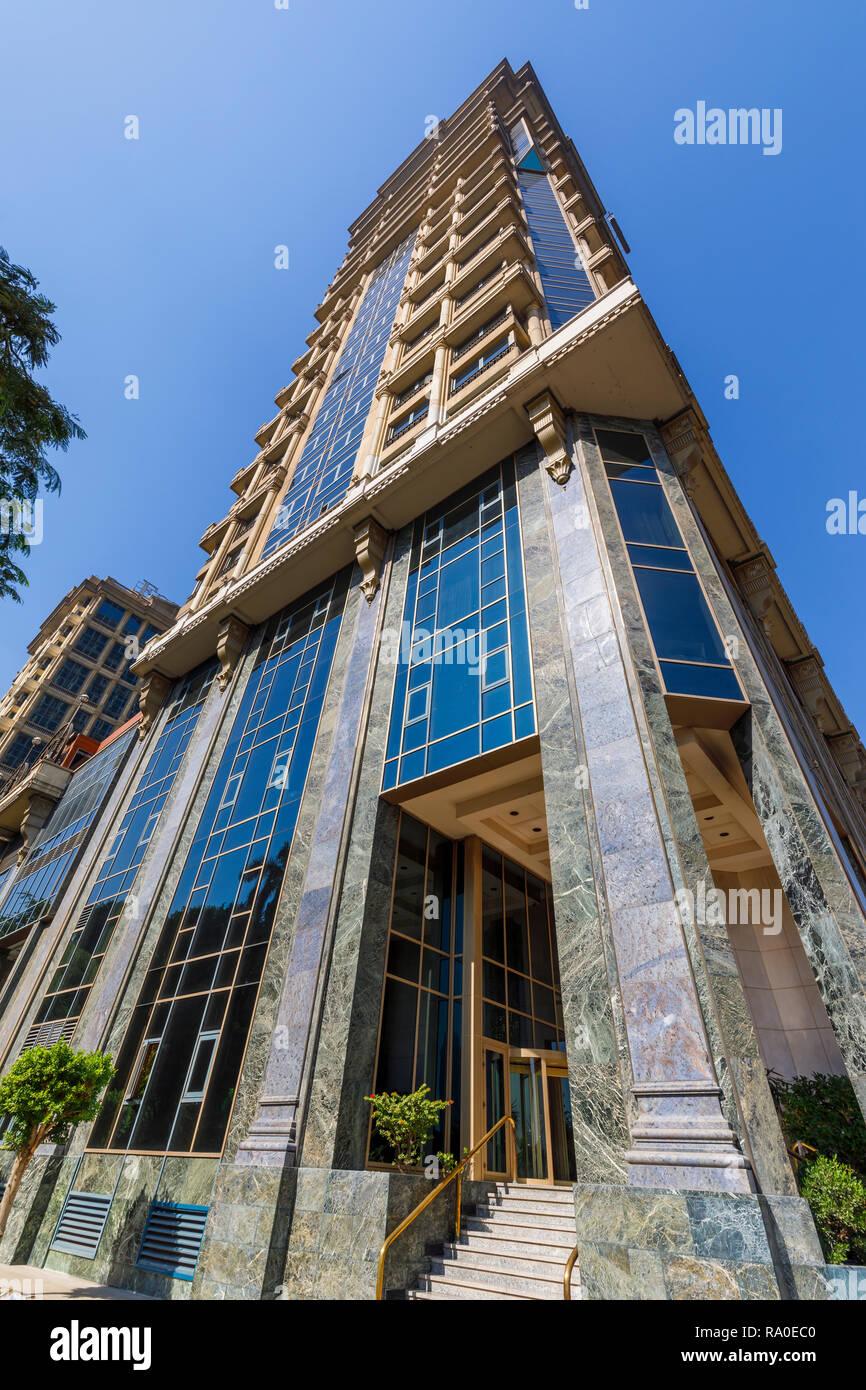 El exterior de este lujoso hotel de 5 estrellas en El Cairo la primera residencia Four Seasons Hotel y primer Mall en Giza, El Cairo, Egipto, en un día soleado con el cielo azul Foto de stock