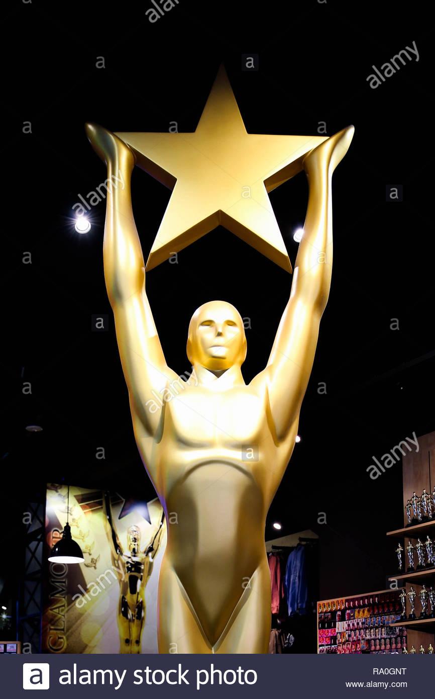 Hollywood, CA/ USA - Julio 26, 2018: Golden Oscar estatua celebración estrella de oro. Golden Award o el trofeo es símbolo del éxito y la victoria concepto Imagen De Stock