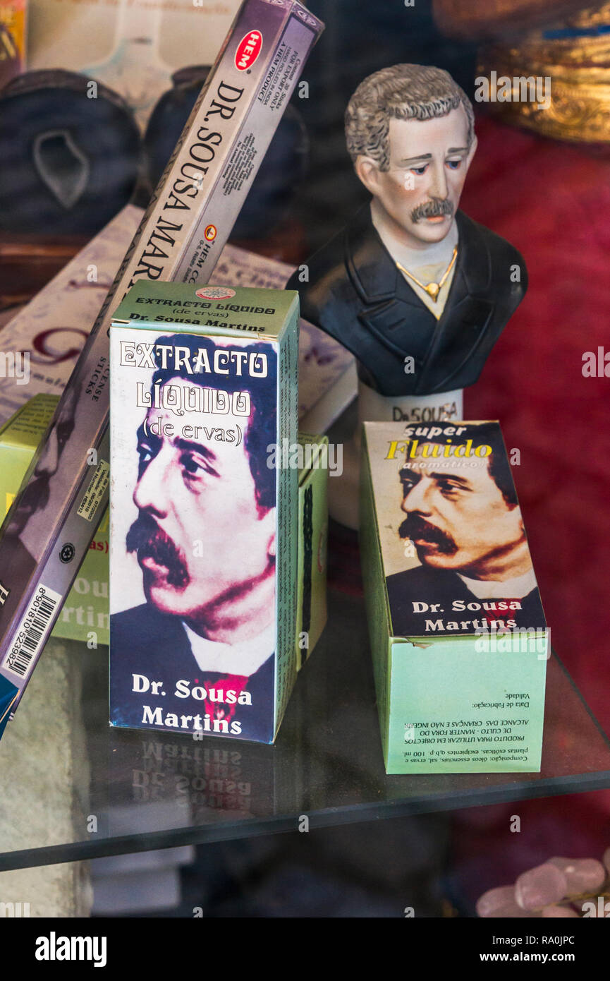Productos esotéricos teniendo el retrato del dr. Sousa Martins, cuya veneración se ha convertido en culto Imagen De Stock