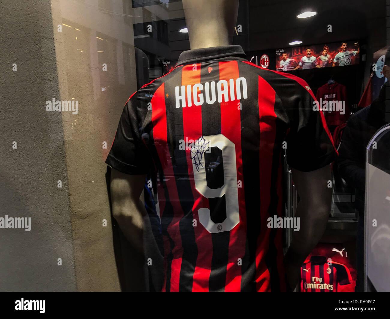 La camiseta de Ronaldo y Gonzalo Higuain se muestran en una tienda de fútbol  en Milán 91d34eec58364