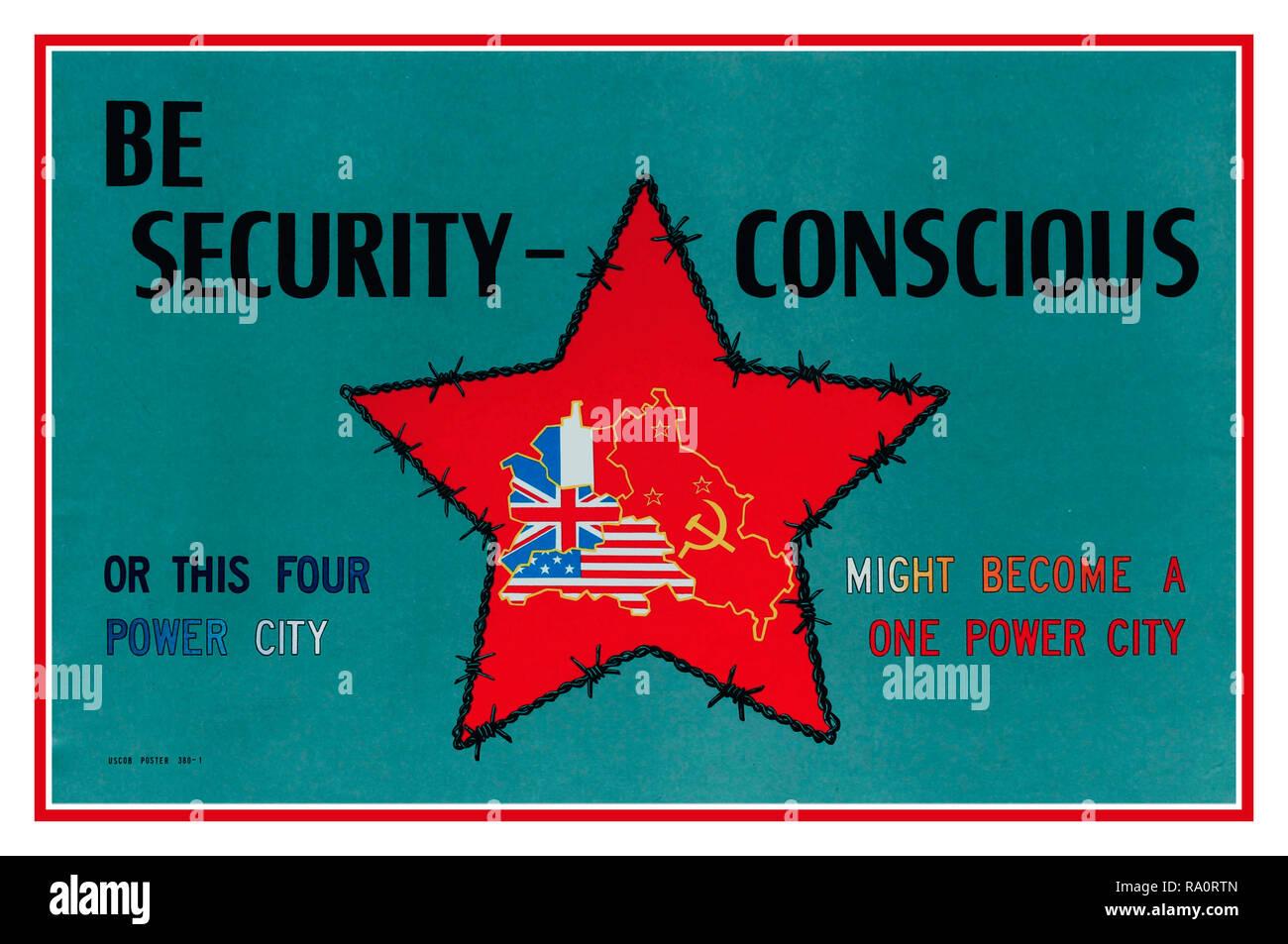 """Vintage Post-WW2 cartel propagandístico """"Ser conscientes de la seguridad"""" o """"esta ciudad cuatro potencias podría convertirse en una fuente de ciudad' emitidos por el Mando Militar estadounidense en Berlín para recordar a las potencias occidentales a ser conscientes de la seguridad para evitar convertirse en una ciudad soviética de Berlín. Con el mapa de Berlin con banderas divide la ciudad entre Francia, el Reino Unido, EE.UU y la URSS dentro de una federación de repúblicas estrella roja protectora con muro de alambre de espino alrededor de la II Guerra Mundial Foto de stock"""