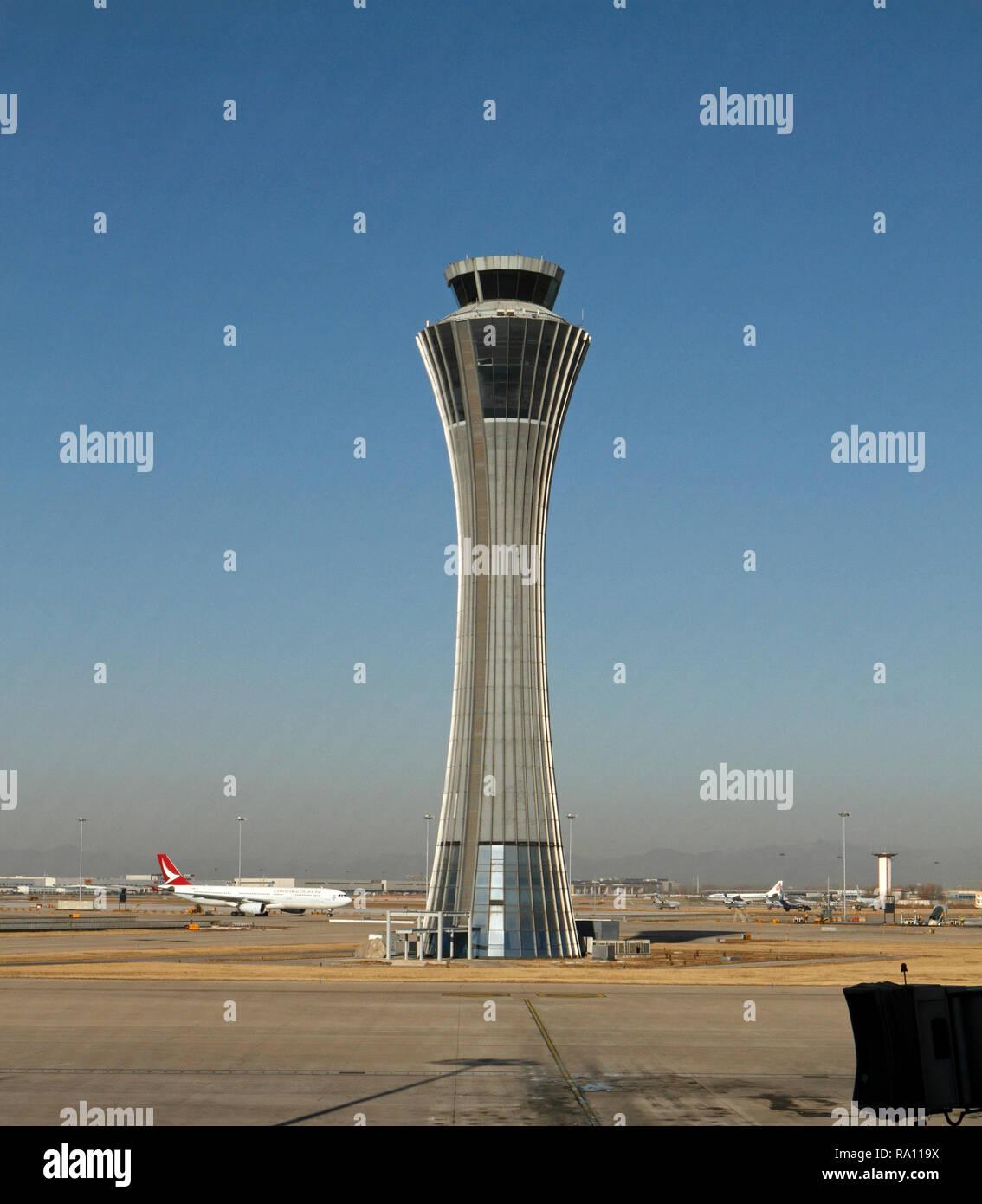 El Aeropuerto Internacional de Pekín, China y pasando por la torre de control en la Terminal 3. Foto de stock