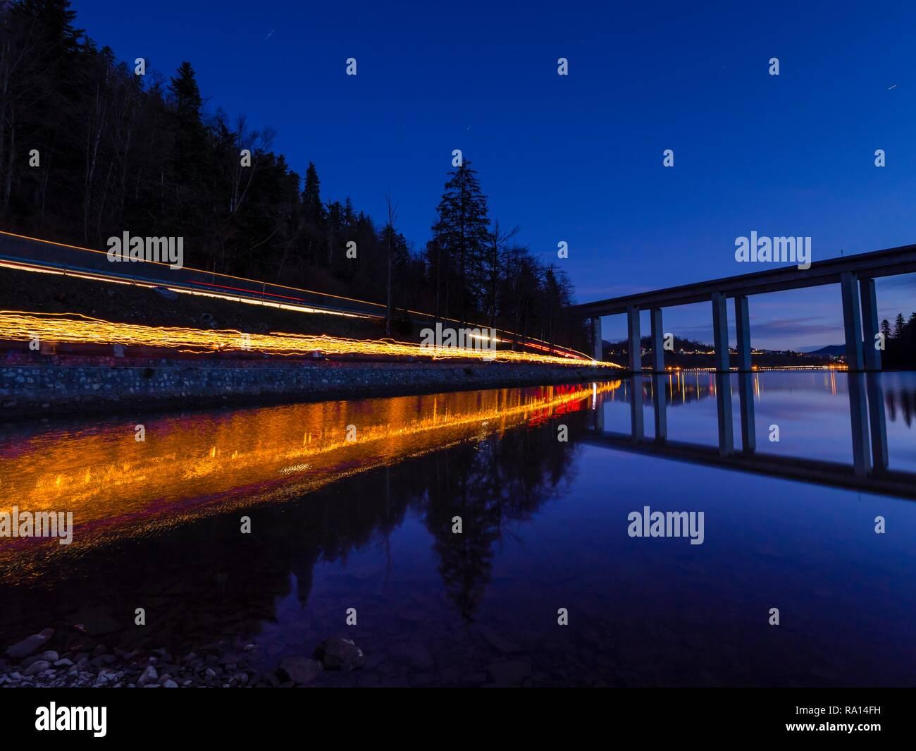 Estelas de luz columna de gente que llevaba en la mano antorchas a lo largo de lago Bajer Fuzine en Croacia Foto de stock