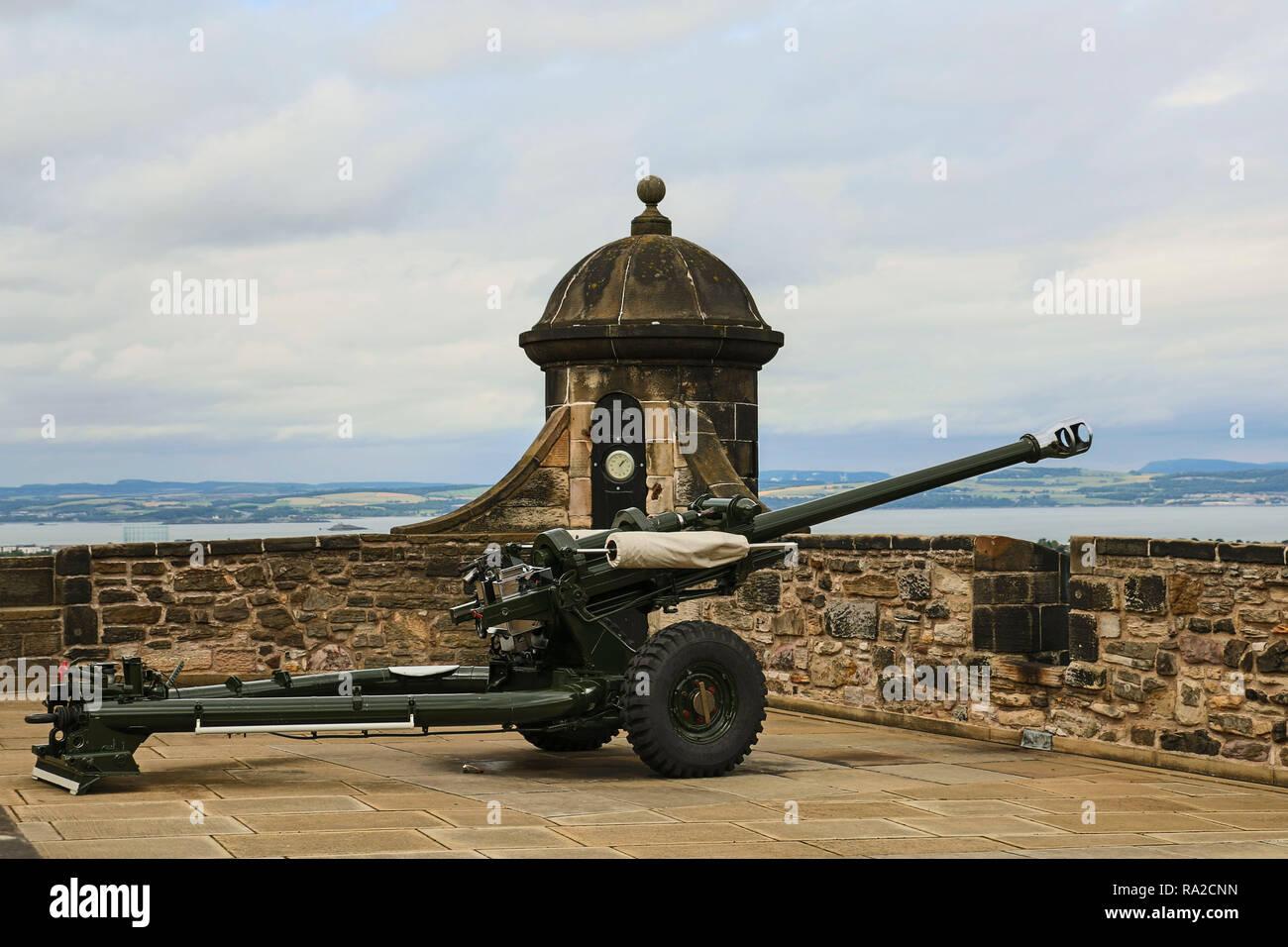Uno o'clock cannon en el castillo de Edimburgo, Escocia. Dispara cada día exactamente a las 1:00 de la tarde Imagen De Stock