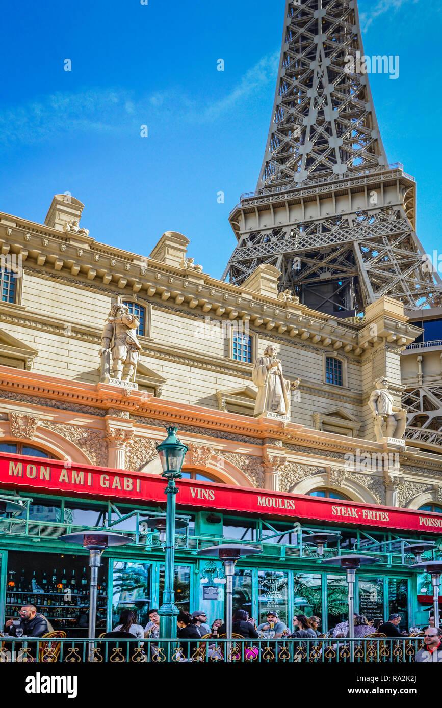 Gente disfrutar de comidas al fresco en el patio openair de Mon Ami Gabi restaurante francés en la tira en el Paris Las Vegas Hotel Resort y Casino Foto de stock