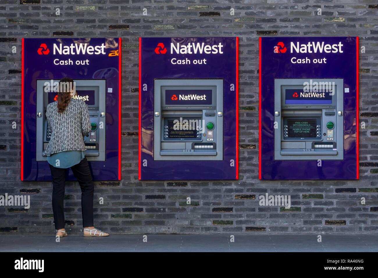 Mujer en el cajero automático de NatWest Bank, Londres, Gran Bretaña Imagen De Stock