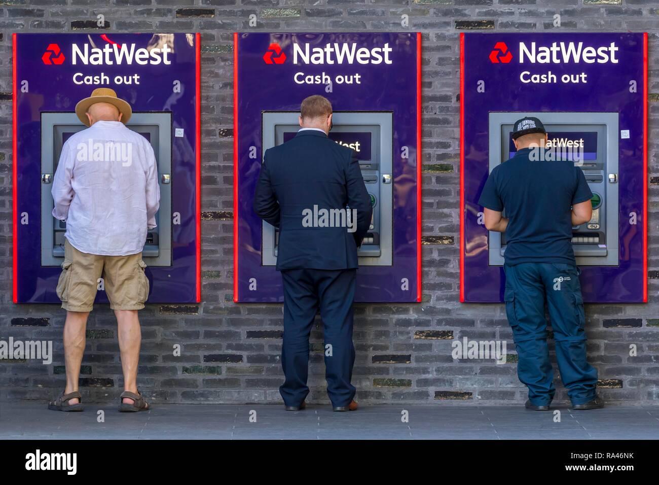 Los hombres en el cajero automático de NatWest Bank, Londres, Gran Bretaña Imagen De Stock