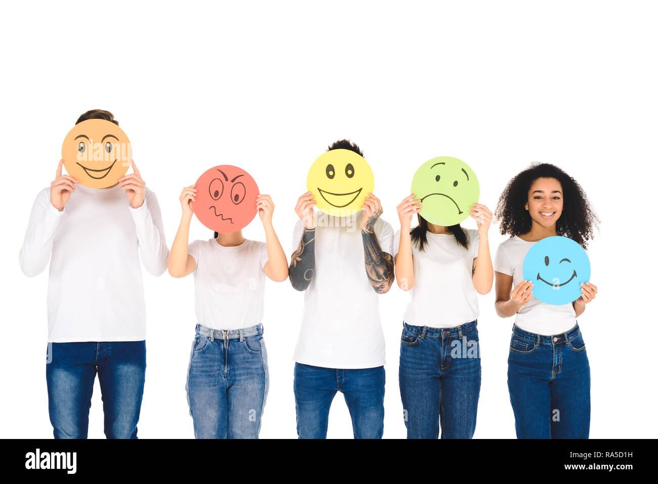 b0ae88ef694 Jóvenes amigos multicultural en camisetas blancas sosteniendo carteles con  expresiones facial aislado en blanco
