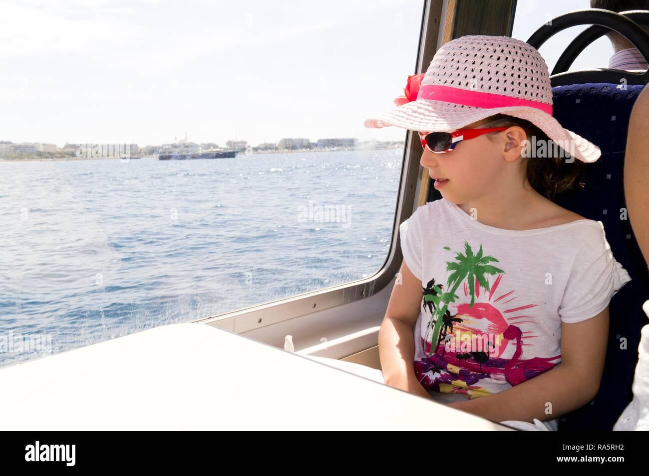 Niña de siete años, de vacaciones en barco, Francia Imagen De Stock