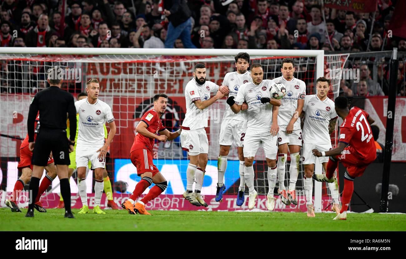 Free Kick David alaba el FC Bayern Munich, cumple con pared, Allianz Arena, Múnich, Baviera, Alemania Foto de stock