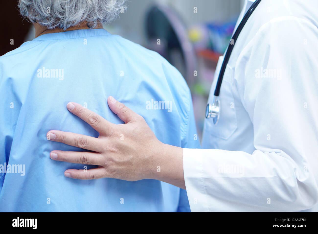 Doctor celebración tocar Asian senior o ancianos anciana mujer paciente con amor, cuidado, ayudar, alentar y empatía en enfermería hospital. Imagen De Stock