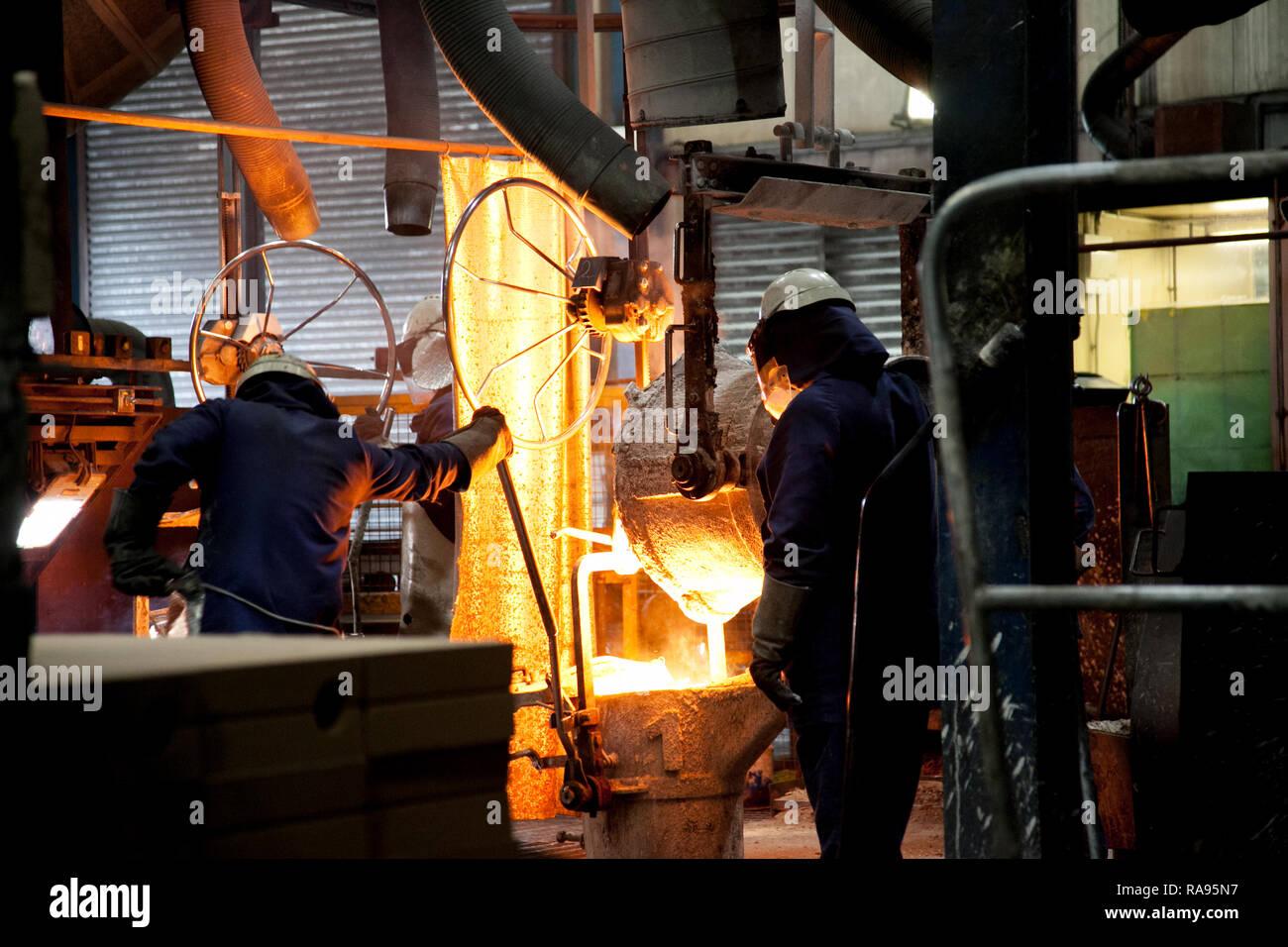 Colada de acero fundido durante la fabricación del acero crucible Imagen De Stock