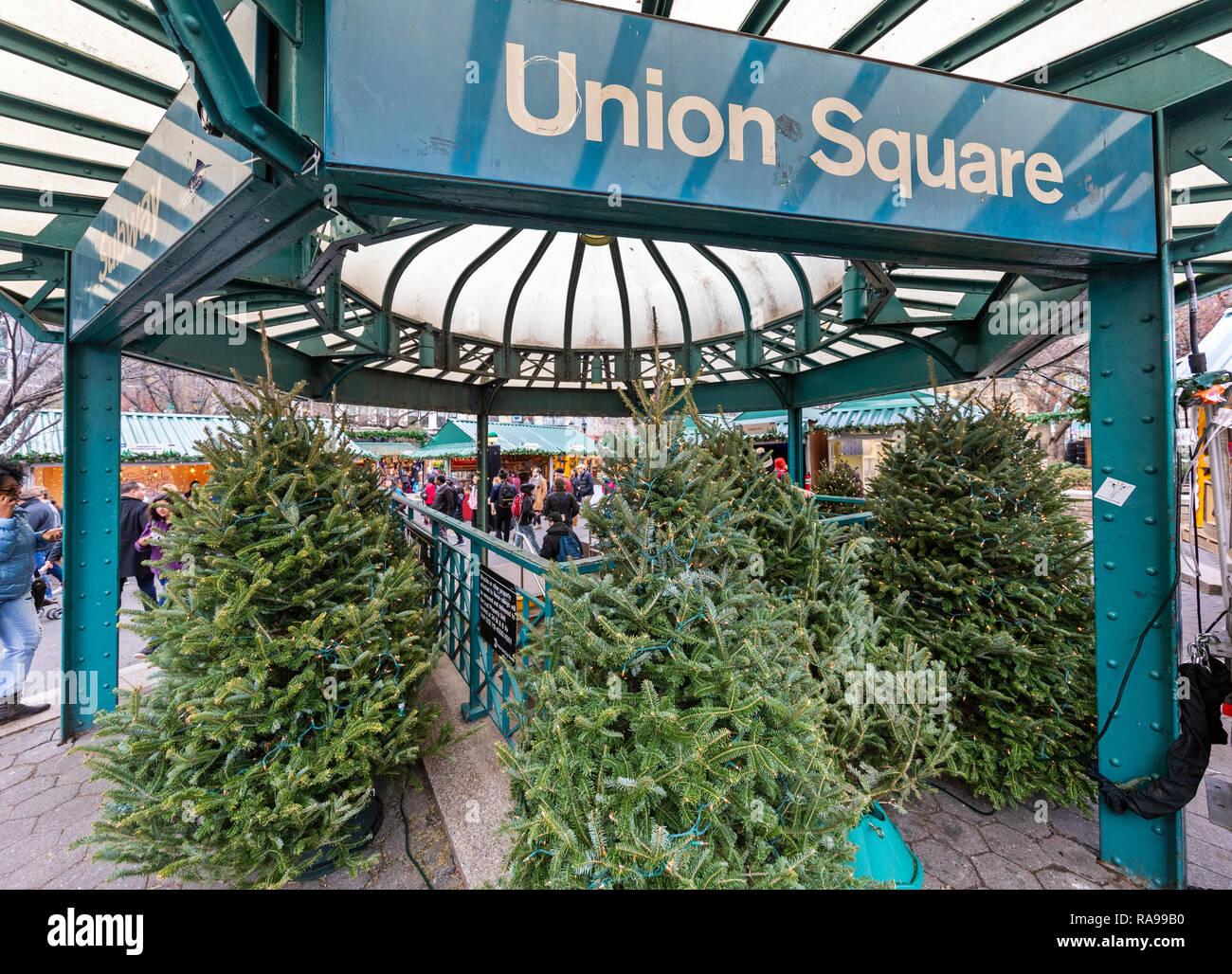 Los compradores y los turistas a explorar el mercado vacacional de Union Square en Union Square, Nueva York. Imagen De Stock
