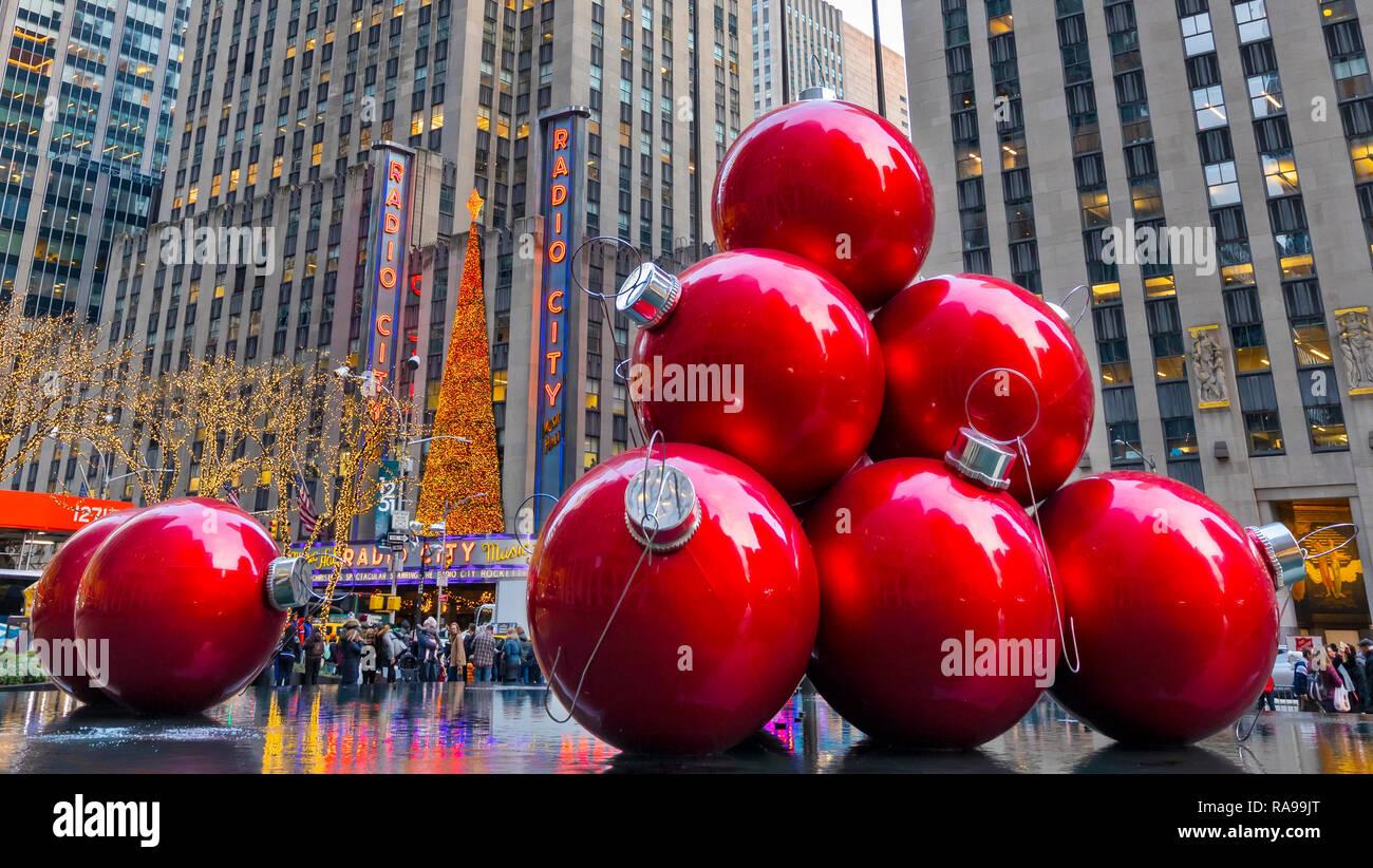 1659690a198 Adornos de Navidad gigante roja cerca del Radio City Music Hall en la 6ª  Avenida