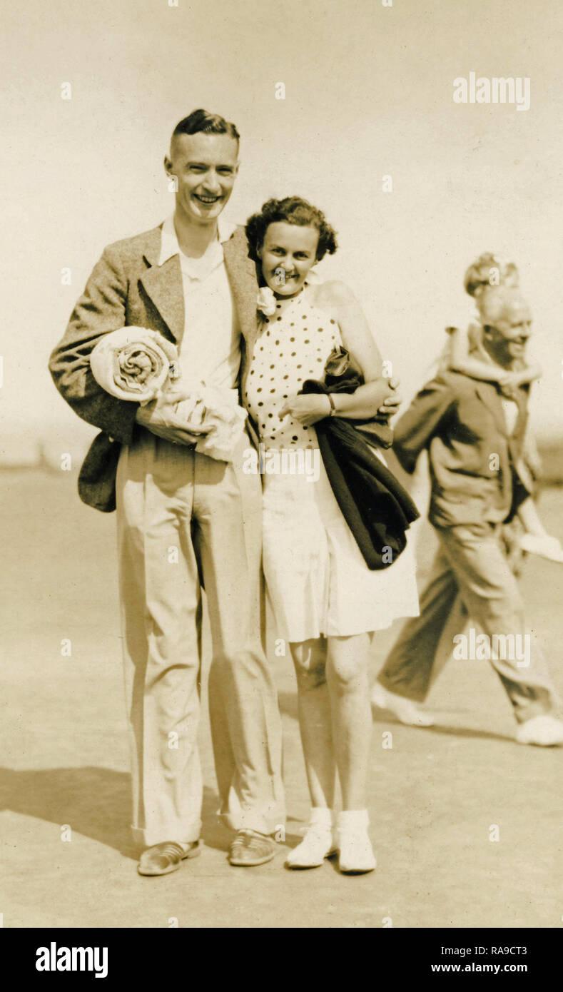 Imagen del archivo histórico, Playa Fotografía, Pareja, c1950s Imagen De Stock