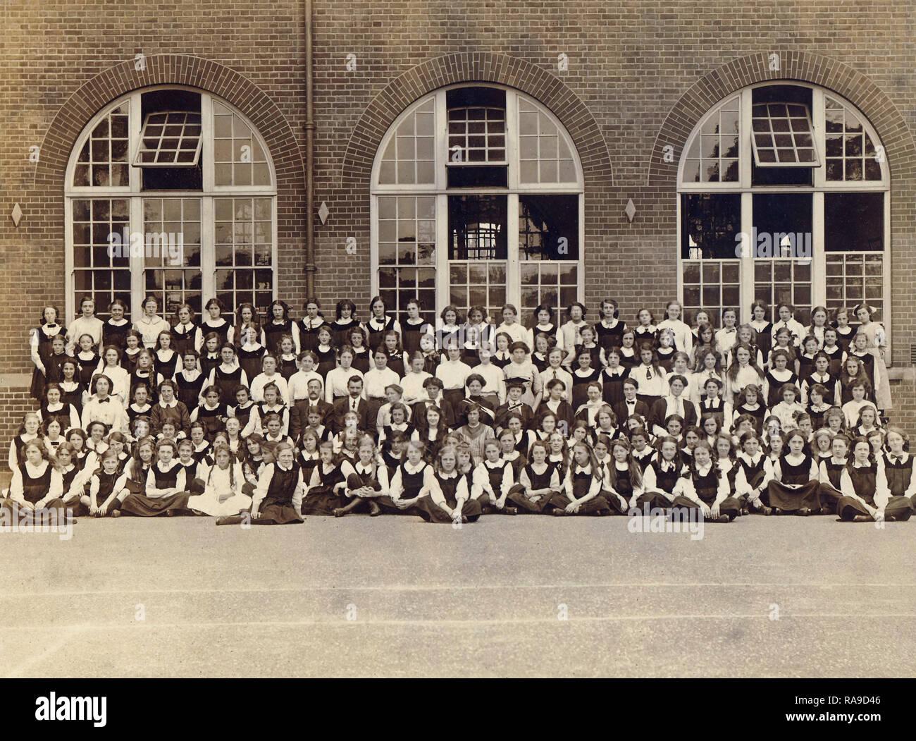 Imagen del archivo histórico de la chica de la escuela c1910s Imagen De Stock