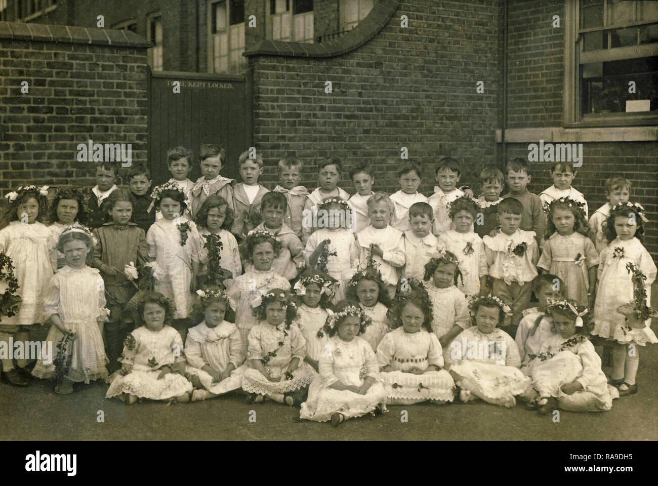 Imagen del archivo histórico, los niños en una escuela de Peterborough, c1920s. Las niñas vestían trajes de Mayo. Imagen De Stock