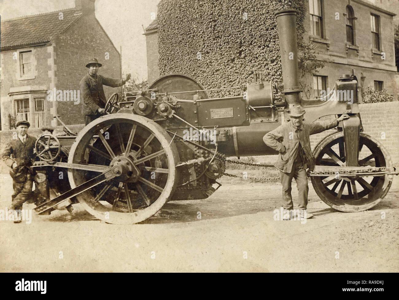 Imagen del archivo histórico de apisonadora con tripulación. Motor a vapor por Barnes Hermanos de Southwick, Wiltshire. c1910s Imagen De Stock