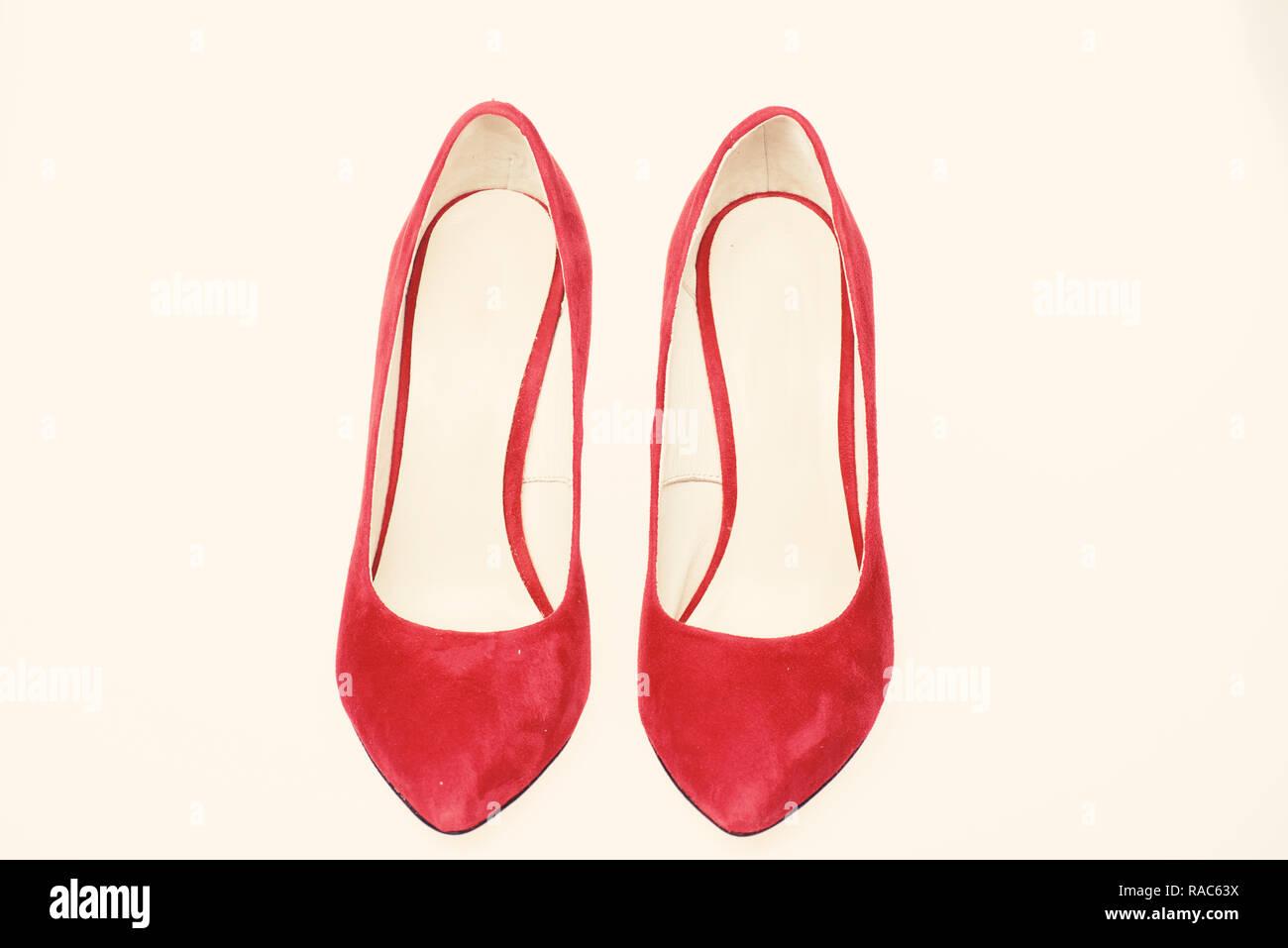 Calzado de mujer con tacones finos. Par de zapatos de tacón alto de moda  bomba fec7e7e93cf7