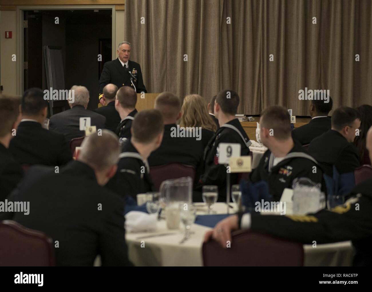 BANGOR, Washington (Ene. 17, 2017) Rear Adm. John Tammen, comandante de grupo (COMSUBGRU Submarino) 9, da comentarios durante el 2016 COMSUBGRU-9 del año almuerzo marinero. El marinero del programa comenzó en el año 1972 por el ex Jefe de Operaciones Navales de Adm. Elmo Zumwalt para reconocer el notable marineros alrededor de la flota. Imagen De Stock