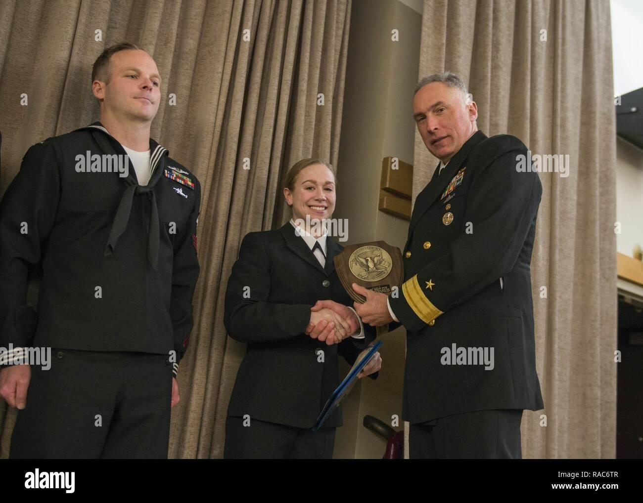 BANGOR, Washington (Ene. 17, 2017) Rear Adm. John Tammen, comandante del grupo 9, el submarino, felicita a Sonar Technician (superficie) de 2ª Clase, desde Pownal Kegan Dyer, Maine, asignado al Océano Naval Processing Facility, Whidbey Island, al convertirse en el 2016 Mar Marinero Junior del año. El marinero del año Programa fue introducido en 1973 por el ex Jefe de Operaciones Navales de Adm. Elmo Zumwalt, reconocer un rendimiento superior en cada comando. Imagen De Stock