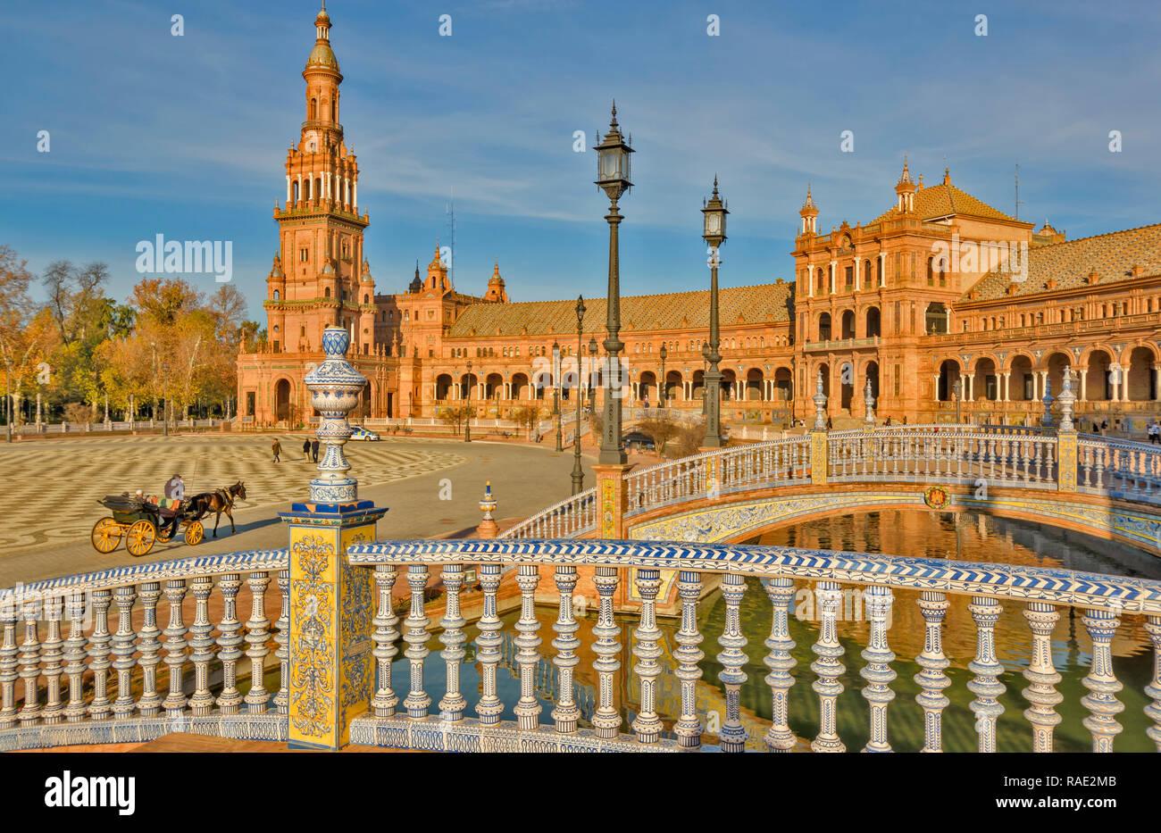 PALACIO ESPANOL EN EL PARQUE DE MARIA LUISA sevilla españa en azulejos blancos y azules de tres puentes sobre el canal Foto de stock