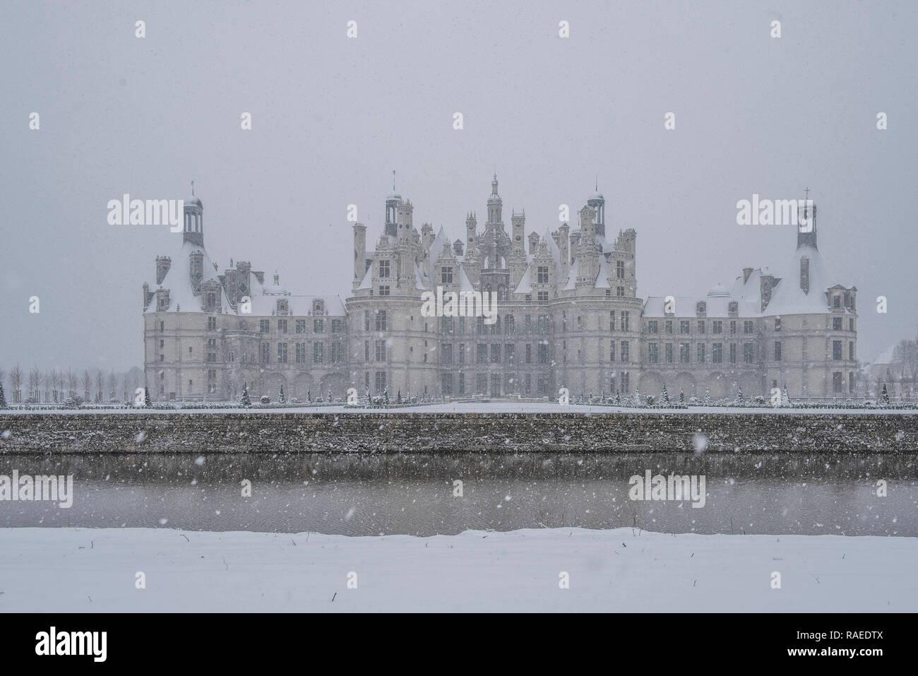 """""""Château de Chambord"""", un castillo de estilo renacentista, está registrado como un sitio del Patrimonio Mundial de la UNESCO y un Punto Histórico Nacional (en francés """"Monumento hist Foto de stock"""