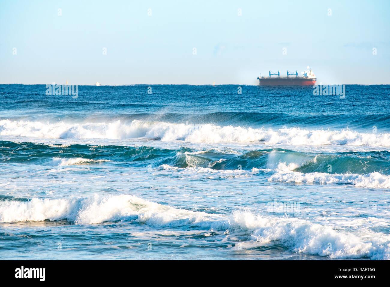Olas salvajes y cielo azul. Playa de Gangwon-do, la República de Corea. Foto de stock