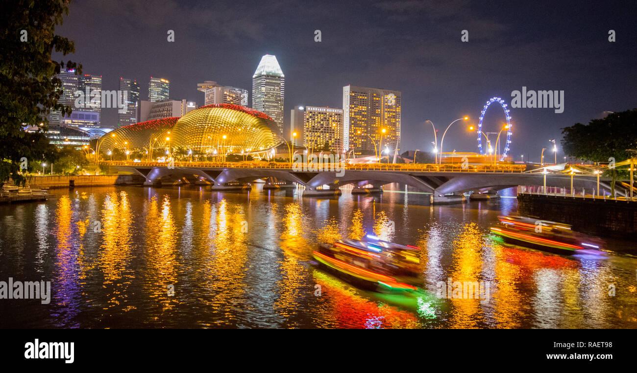 Vista desde la Reina Isabel Paseo de la explanada por la noche, el centro de Singapur Imagen De Stock