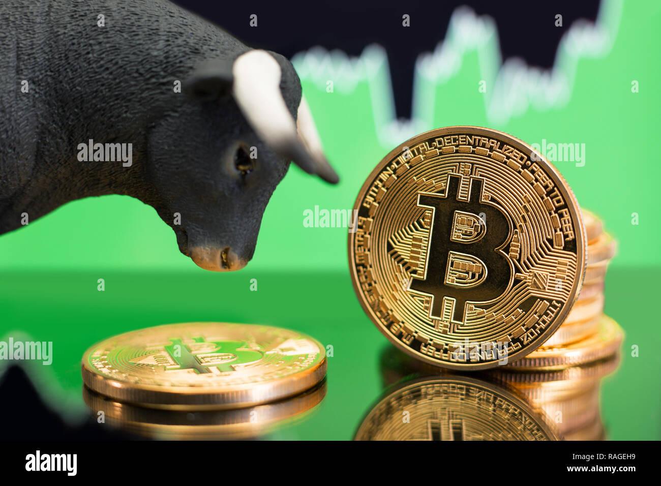 Mercado Alcista de crypto Bitcoin moneda. Precio Alcista Tendencia y aumentan de valor Foto de stock