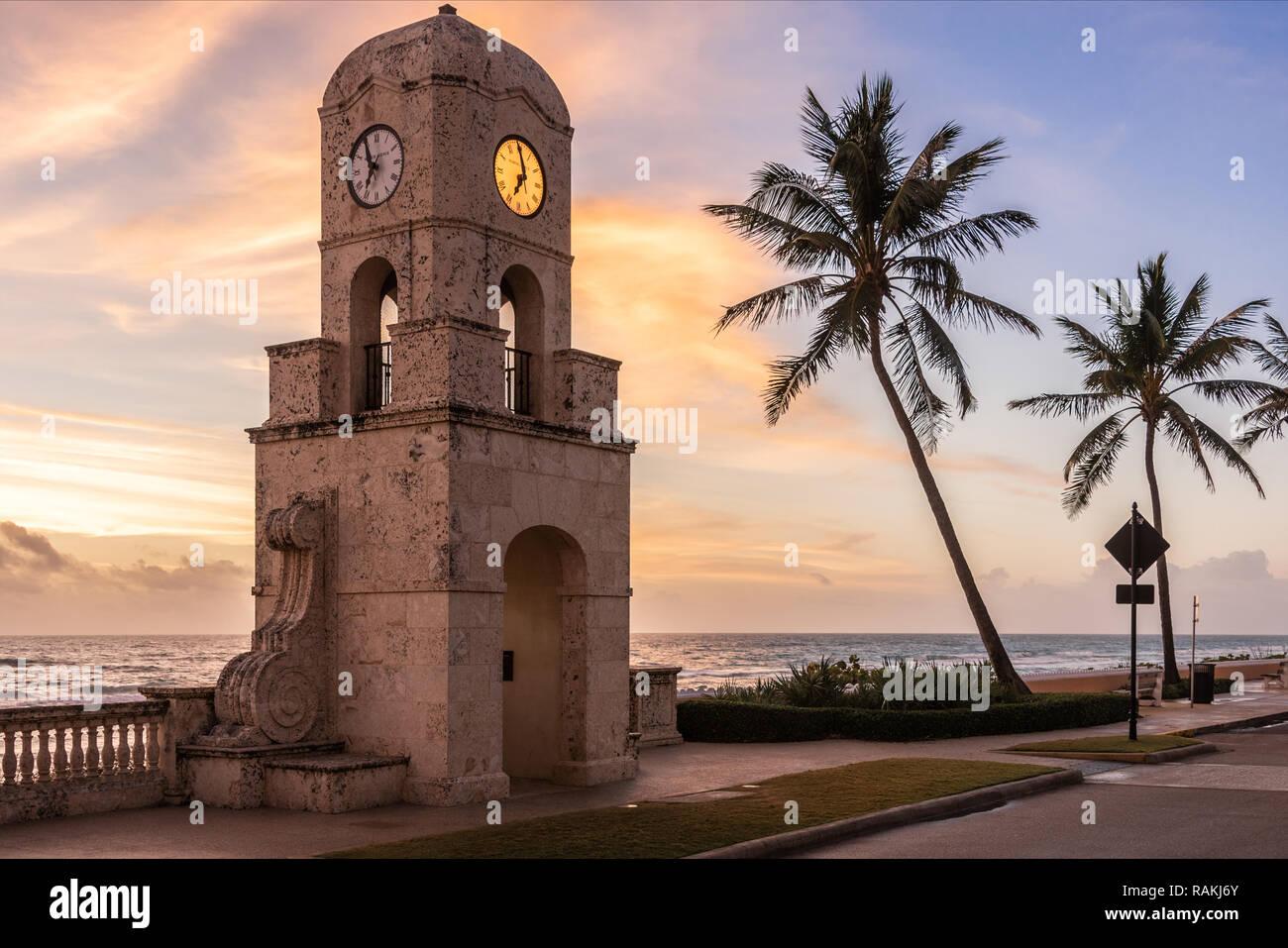 Icónica torre del reloj a la entrada de Worth Avenue en el paseo marítimo a lo largo de South Ocean Boulevard en Palm Beach, Florida. (Ee.Uu.) Foto de stock