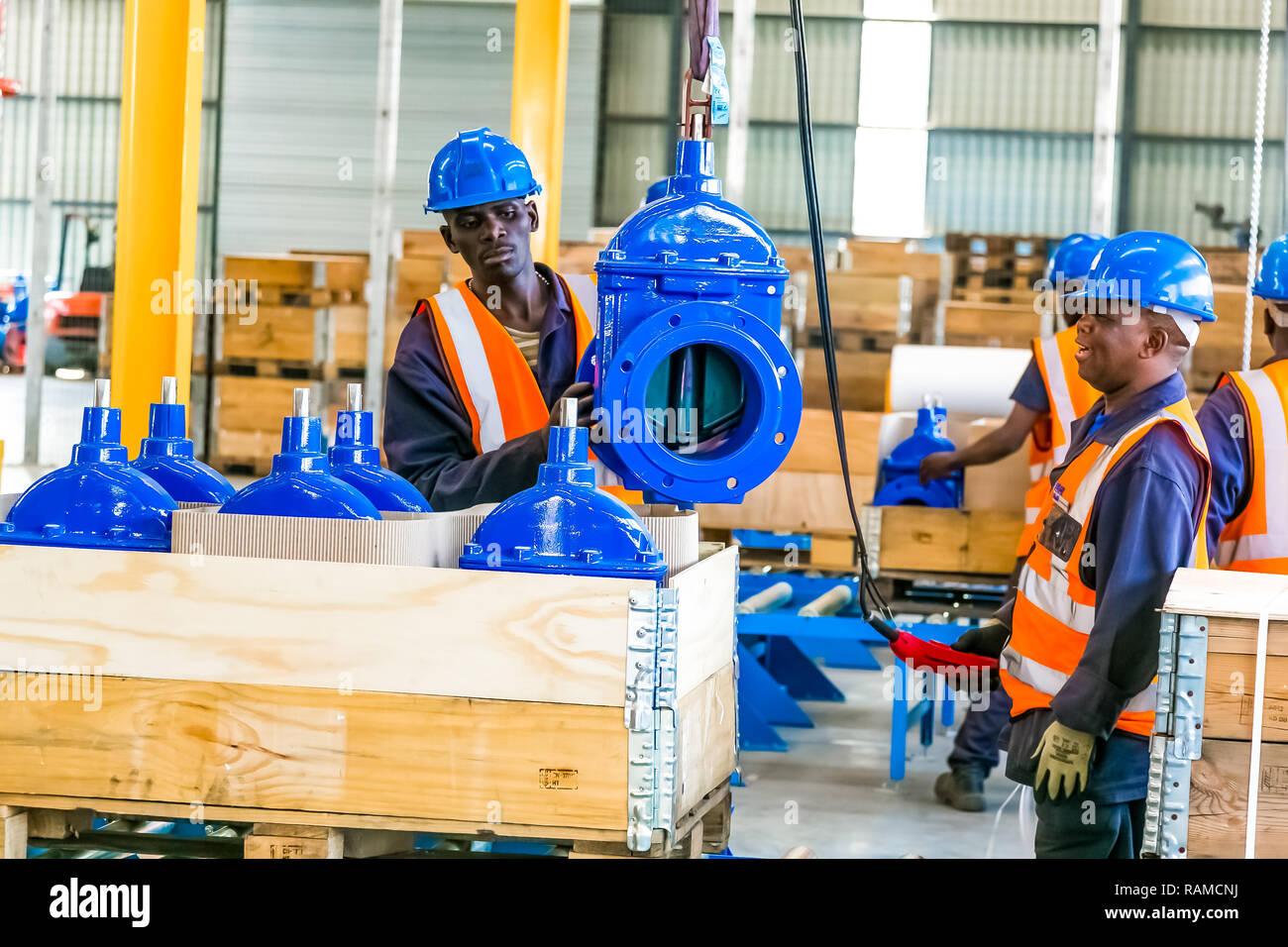 Johannesburgo, Sudáfrica, 7 de septiembre de 2016: válvula industrial de fabricación y montaje de instalaciones de fábrica Foto de stock