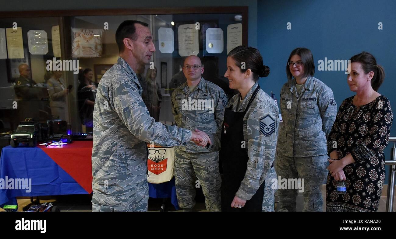 Gral. de la Fuerza Aérea de EE.UU. Gen. Scott Zobrist (izquierda), 9º Comandante de la Fuerza Aérea, monedas, el Sargento Primero. Katie Neeley, 4Medicina Aeroespacial superintendente de escuadrón en la base de la Fuerza Aérea Seymour Johnson, N.C., Febrero 15, 2017. Neeley es el presidente del mejor club culinario. Foto de stock