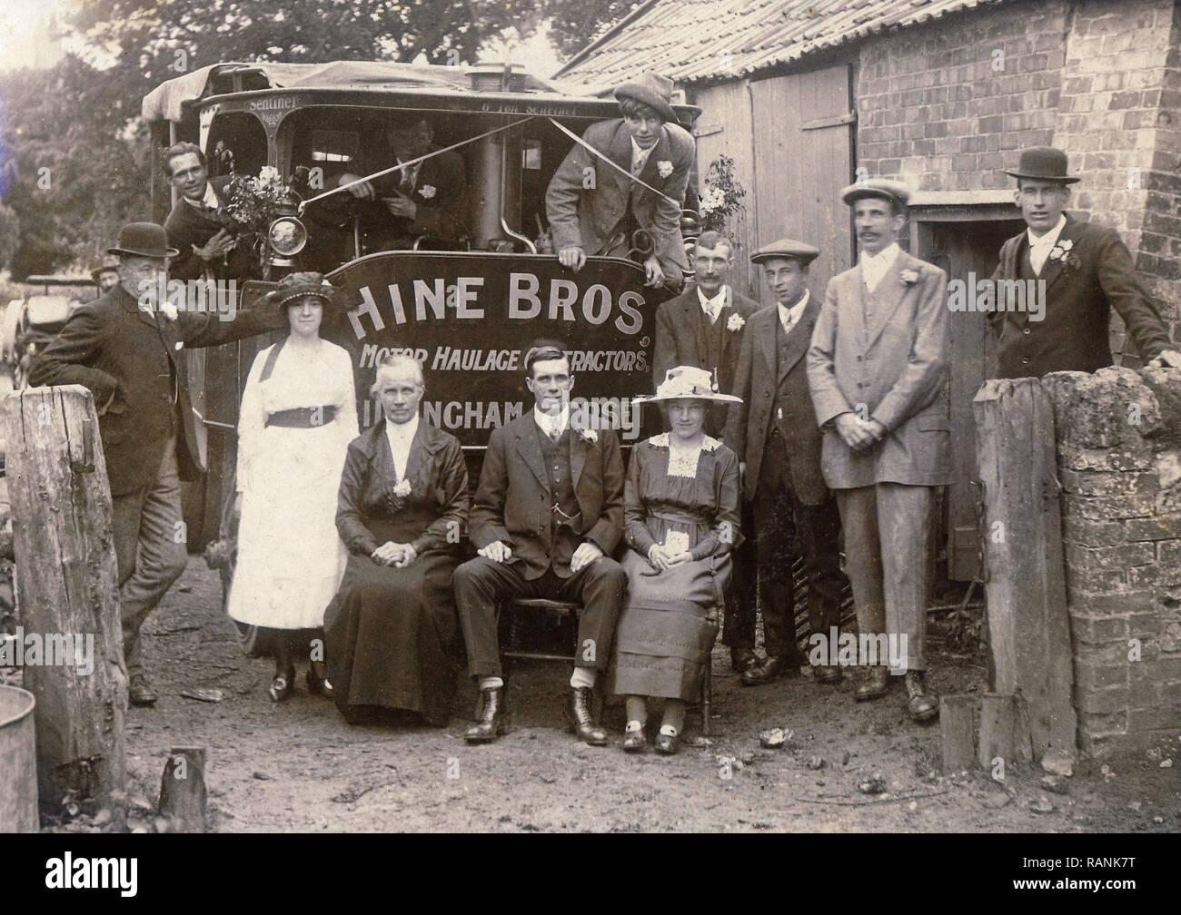Imagen del archivo histórico de la boda posando con Sentinel 6 toneladas de vagones de vapor. Vagón pertenecientes a Hine Bros de Gillingham, Dorset Imagen De Stock
