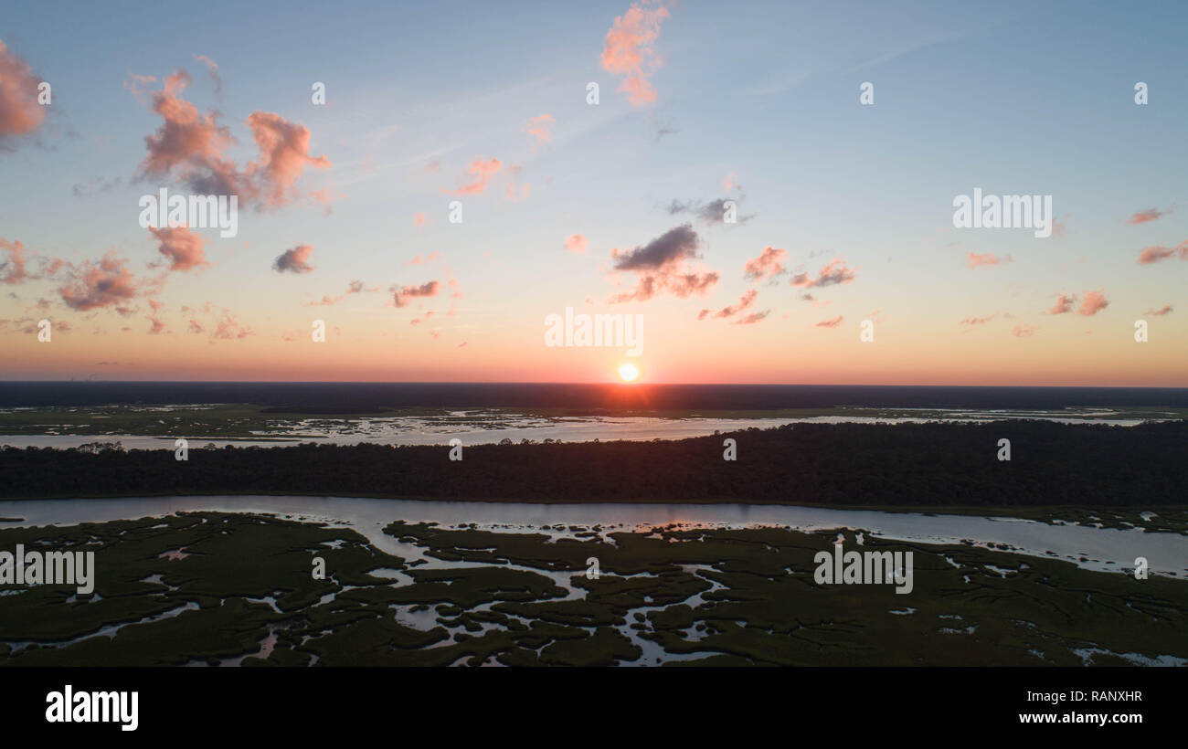 Antena Drone ver paisaje costero Fotografía Naturaleza Serena mañana tranquila imagen pacífica escénica Sunbeam reflexiones al amanecer sobre el horizonte Foto de stock