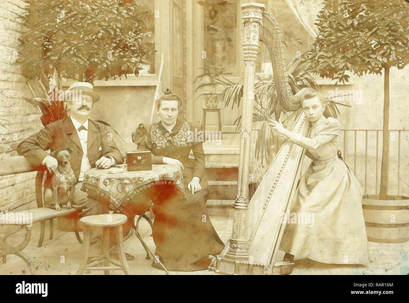 ce2bcd3de Retrato de un perro sentado hombre mujer sentada tocando el arpa y niña en  una terraza