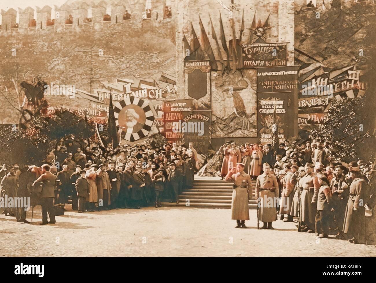 Lenin con compañeros en una manifestación organizada el 1 de mayo en la Plaza Roja, de mayo de 1919, Moscú, Rusia, Historia de la Revolución Rusa reinventado Imagen De Stock