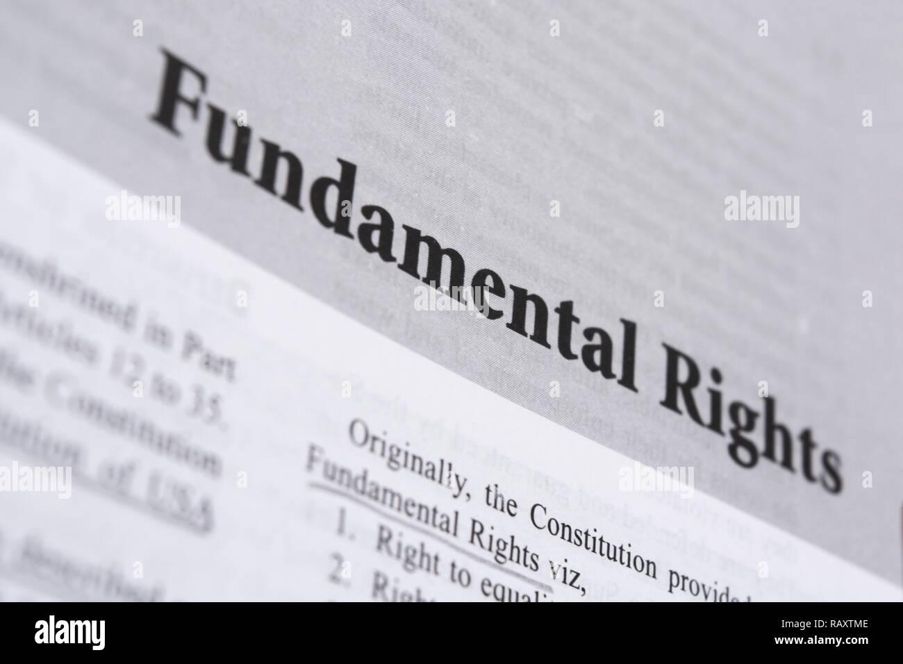 Maski,Karnataka, India - Enero 4,2019 : Derechos fundamentales en un libro impreso con letras grandes. Foto de stock