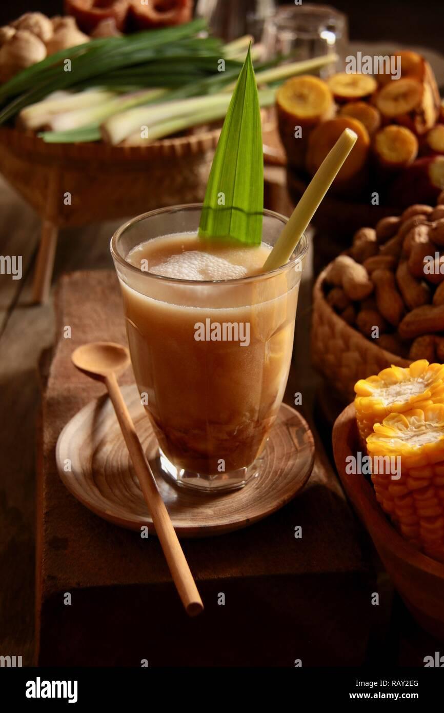 Bandrek. El Sundanés tradicional té de hierbas latte de Bandung, al oeste de Java. Foto de stock