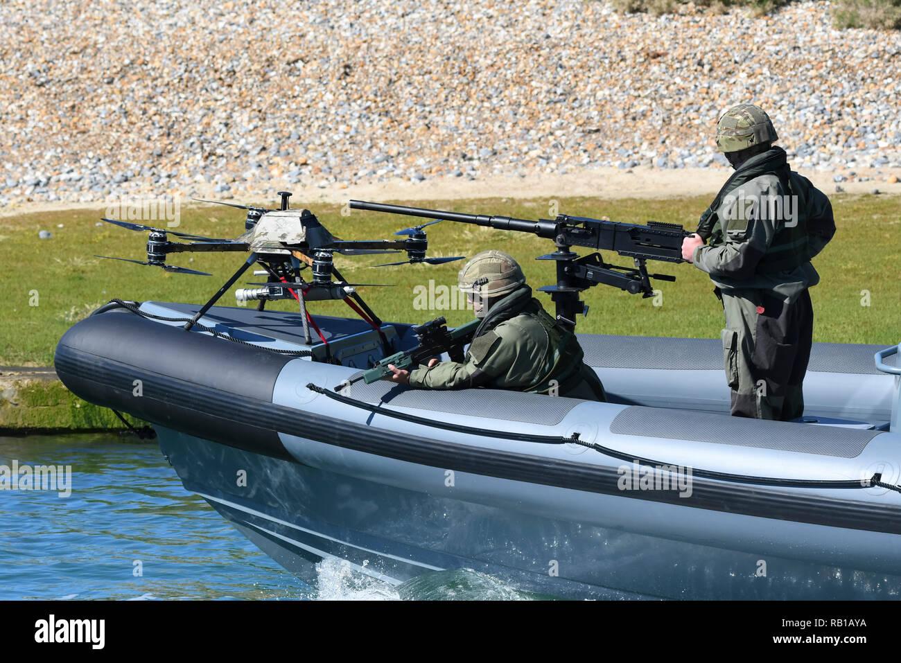 Equipado con un barco militar de combate militar zumbido ensayando en un río en el Reino Unido. El barco fue diseñado por Mike Powercraft anillo de anillo. Imagen De Stock