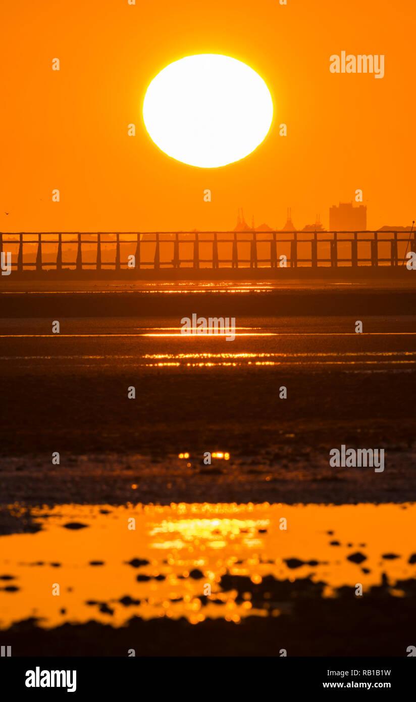 Puesta de sol sobre el mar en otoño, sobre la costa sur del Reino Unido. Foto de stock