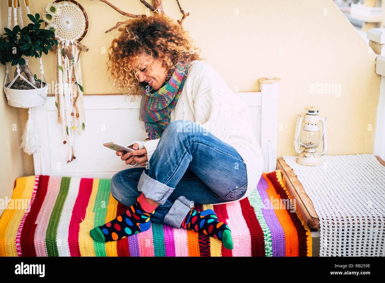 Alegre Mujer Alegre Y Sentarse En Un Banco En Casa Terraza