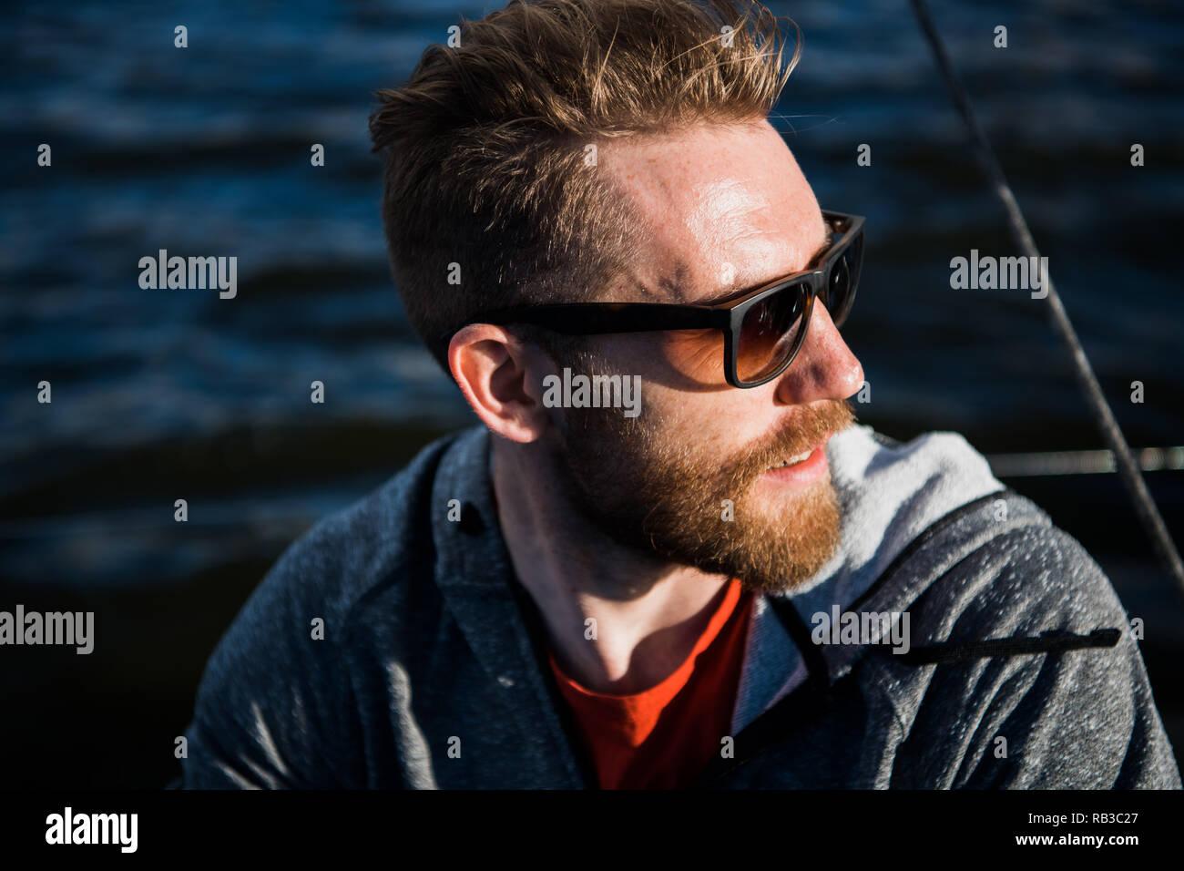 Barbado Con Hombre Sol Cerrar Y De Modelo Hoodie Gafas Retrato Mira 1TlFJcK3